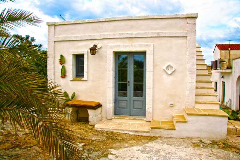 Lamia La Caseddhe, tipica costruzione di Puglia, vista girdino esterno con palma