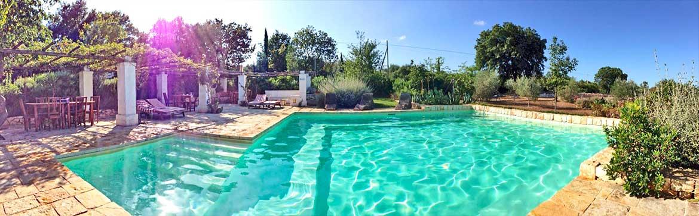 Piscina immersa nel verde per gli ospiti dell'Agriturismo, Cisternino (Puglia)