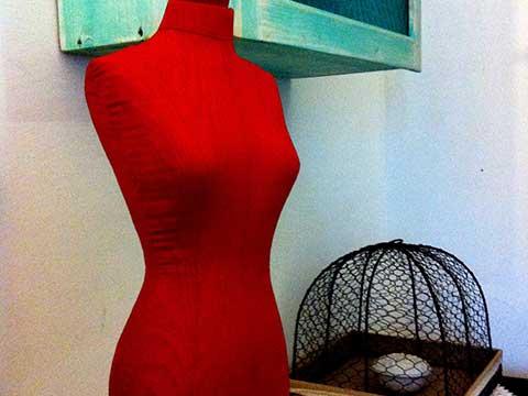 manichino-abiti-arredo-trullo-per-turisti