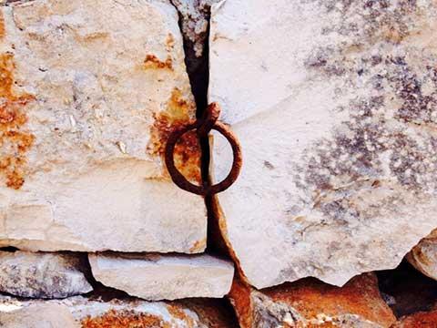rustico-anello-per-animali-tra-le-rocce-del-girdino