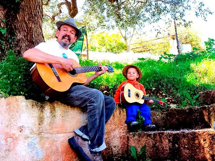 suonano-la-chitarra-sotto-albero-intrattenendo-gli-ospiti-del-BnB
