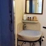 Trullo Lamia bed and breakfast lavandino rustico in pietra